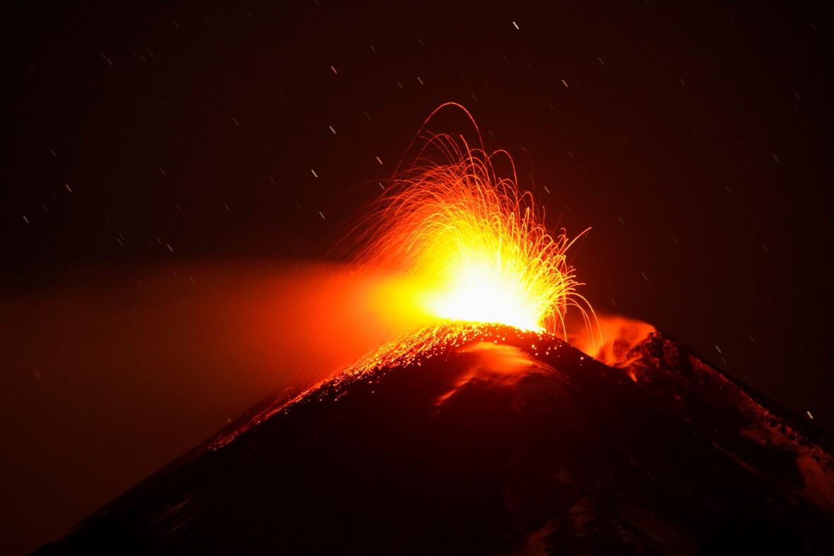 Etna chrlí kouř a lávu