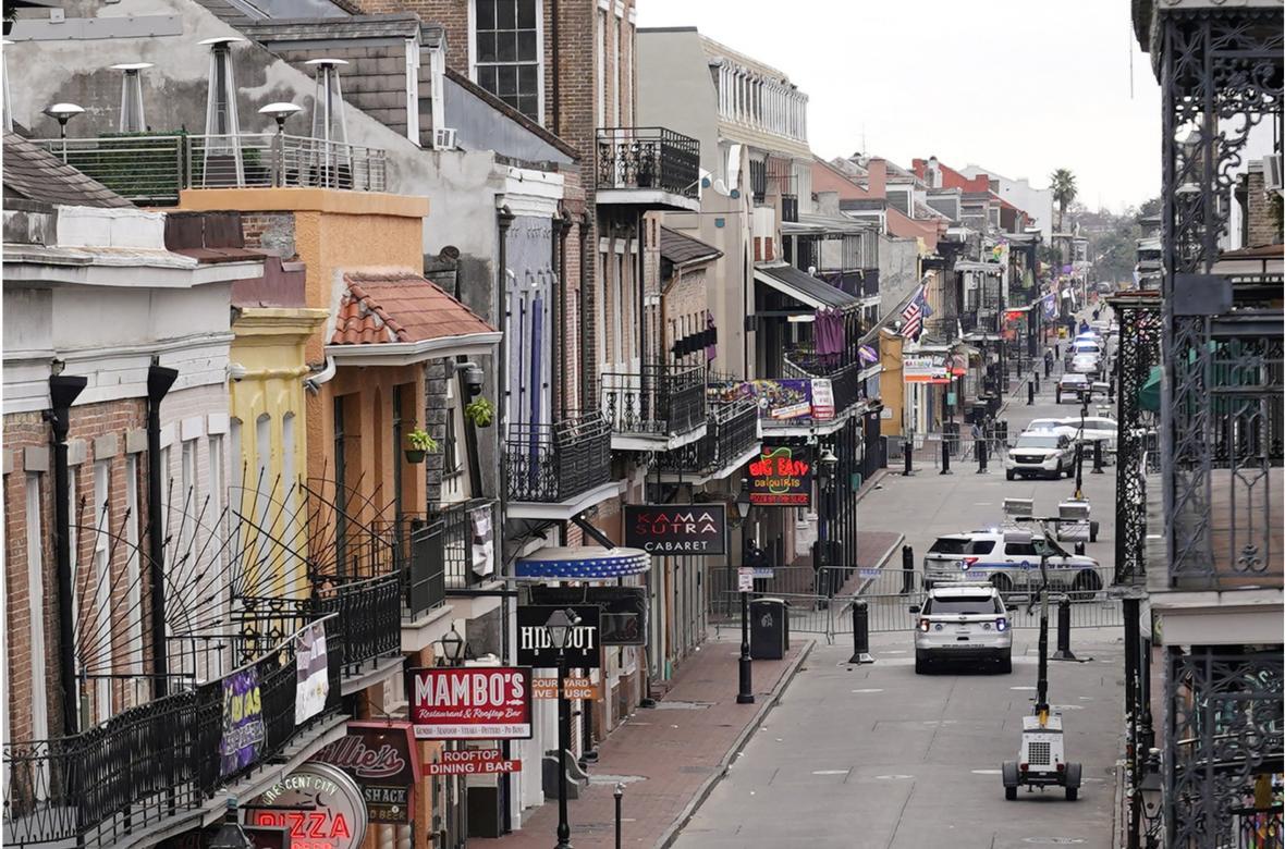 Rok, který vše změnil. Davy v Bourbon Street v New Orleans v únoru 2020 v kontrastu s prázdnou ulicí v únoru 2021