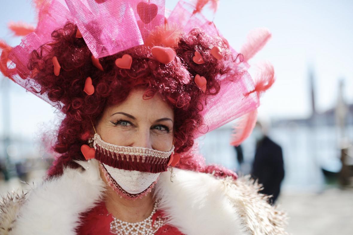 Benátky, město masek karnevalových i těch ochranných