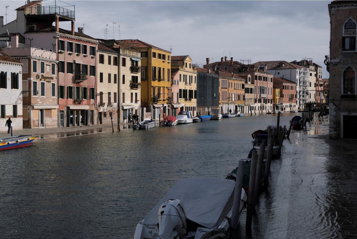 Také Benátky se za rok kvůli koronaviru výrazně proměnily. Loni se karnevalu účastnily davy lidí