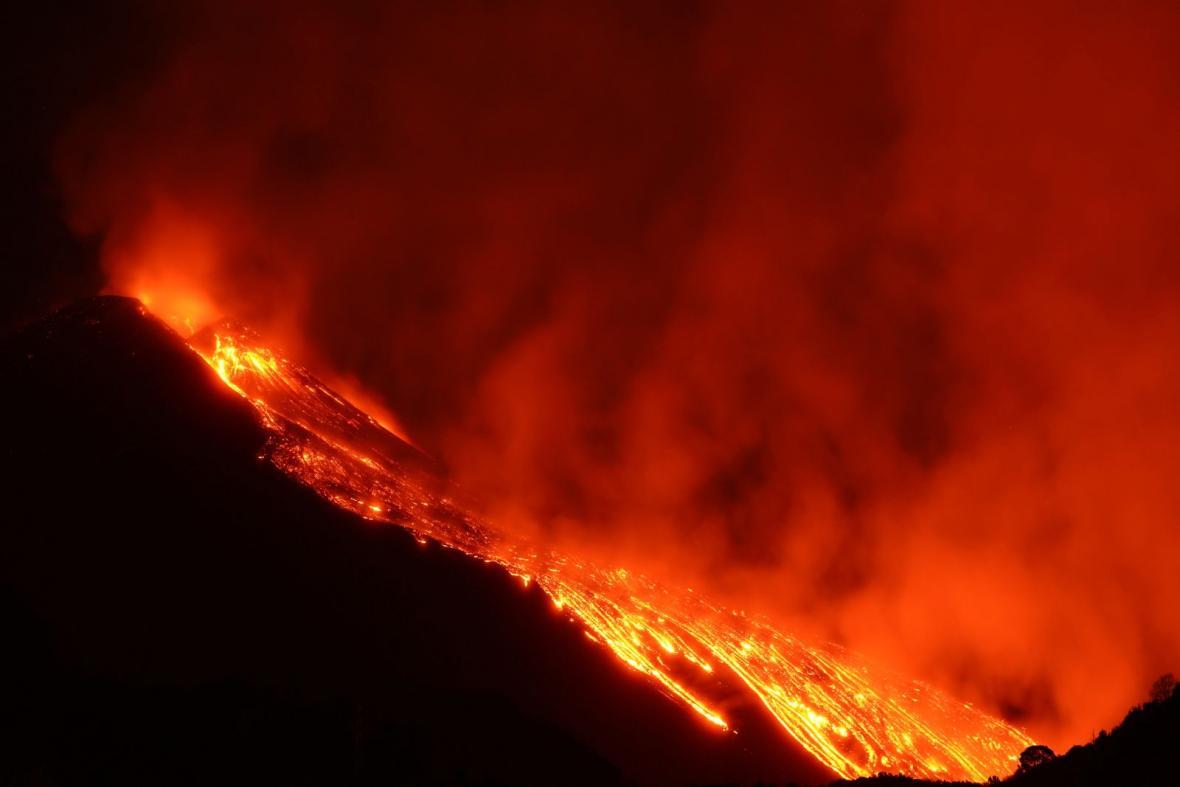 Neklidná Etna dál chrlí potoky lávy. Rudá záře je v noci vidět i desítky kilometrů daleko
