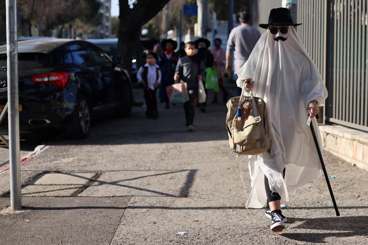 Jeruzalém zaplnila možná i nemožná stvoření. Dětské masky jsou jednou ze součástí oslav židovského svátku Purim