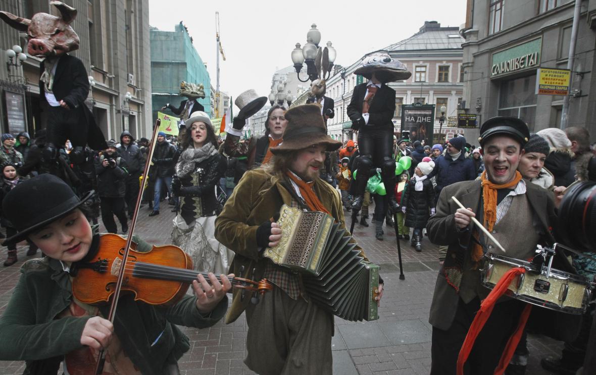 Ruští muzikanti při průvodu oslav svatého Patrika v Moskvě