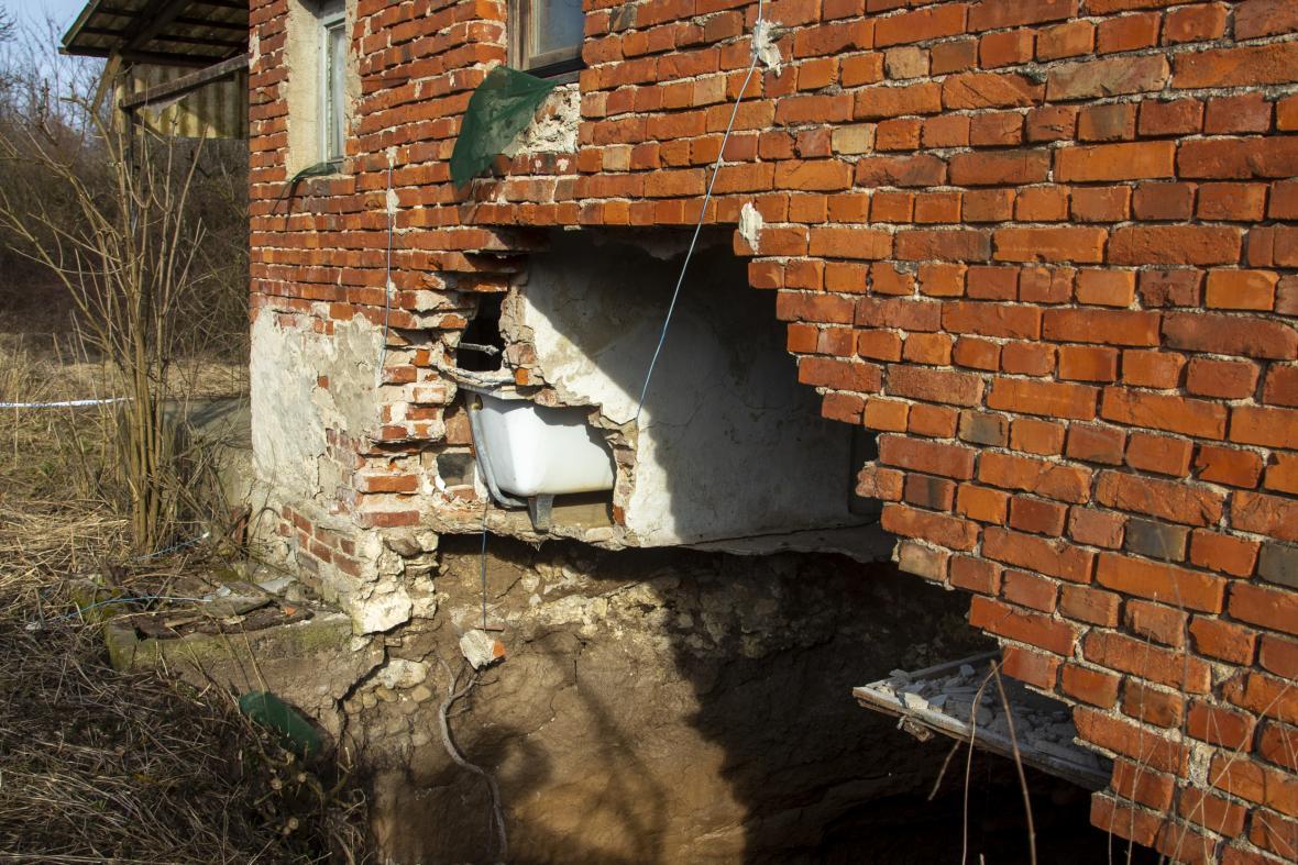 Letecké snímky ukazují kruhové propadliny v zemi, které se objevily v oblasti středního Chorvatska ve vesnici Mecencani po zemětřesení, které postihlo území v prosinci roku 2020. Vědci v současnosti postižené území zkoumají