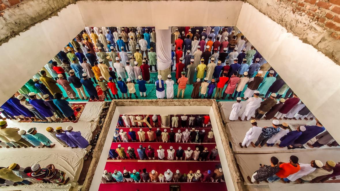 Modlitba v mešitě Barishal v Bangladéši