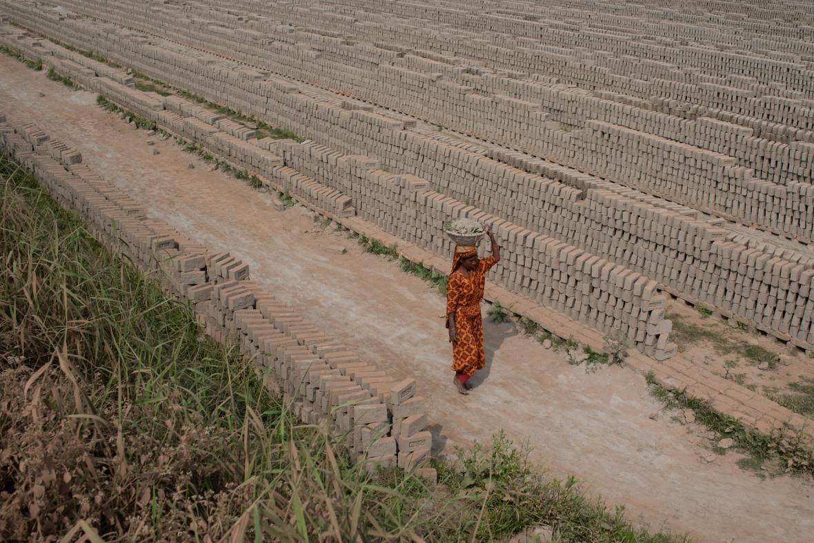 Žena pracující na cihlové plantáži v Bangladéši