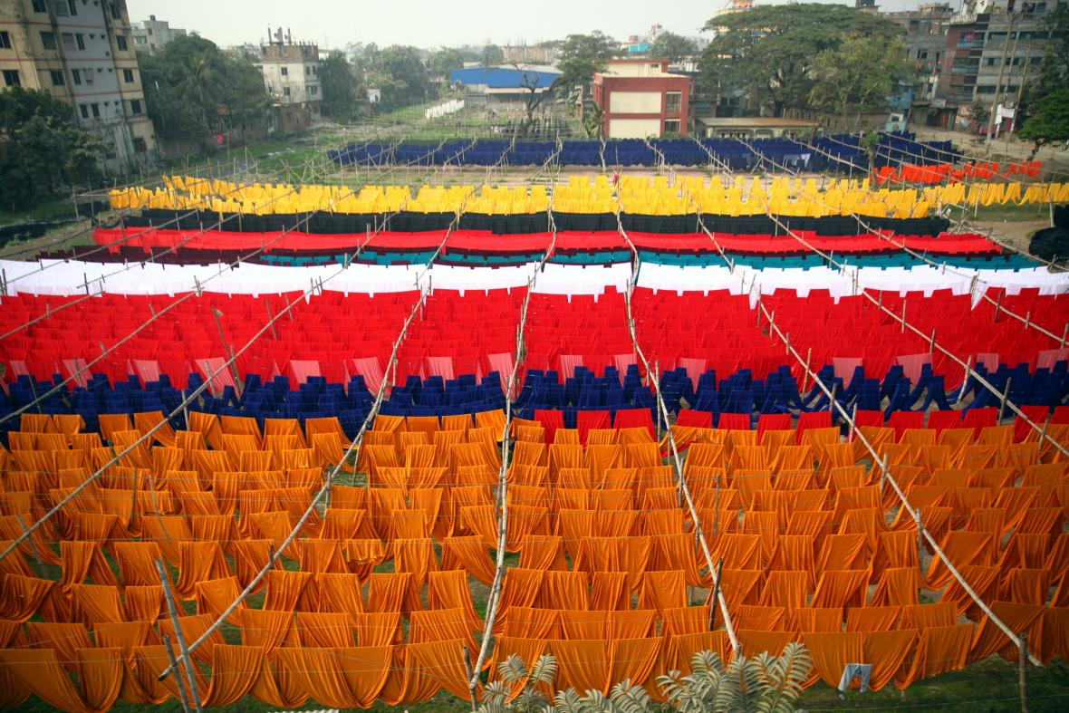 Ruční barvení látek v textilní továrně v Dhaka v Bangladéši