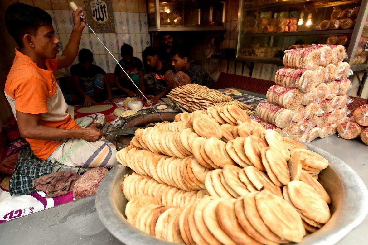 Muž připravuje pečivo v Dhace v Bangladéši