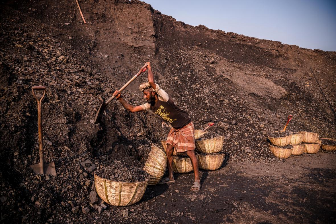 Práce na uhelné plantáži v Bangladéši