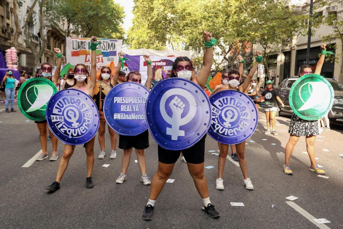 Mezinárodní den žen je každoročně příležitostí pro feministické spolky, které na tento svátek pořádají demonstrace a setkání, kterými chtějí upozorňovat na jejich trvající nerovnost vůči mužům. S barevnými štíty vyšly do ulic v argentinském Buenos Aires