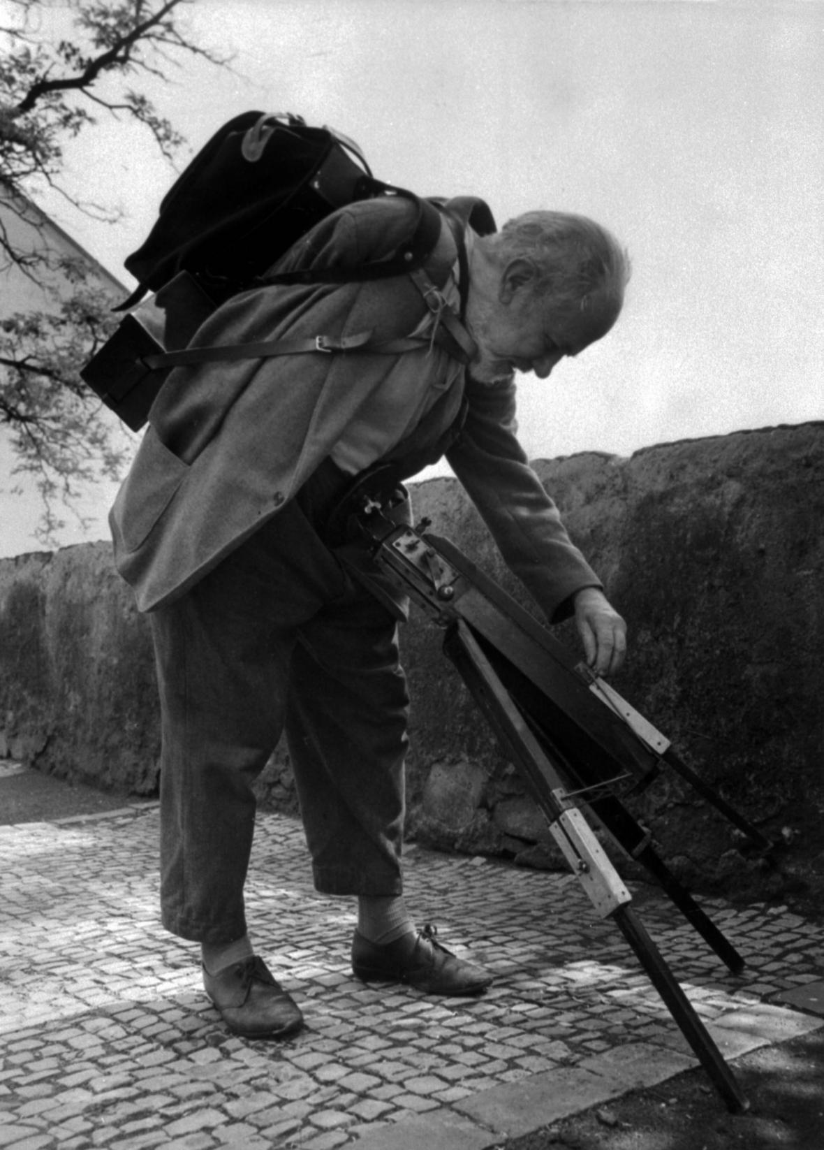 Fotograf Josef Sudek při vyvolávání filmu v jeho ateliéru na pražském Újezdě na snímku z roku 1956. Sudek fotografoval zásadně velkoformátovou kamerou