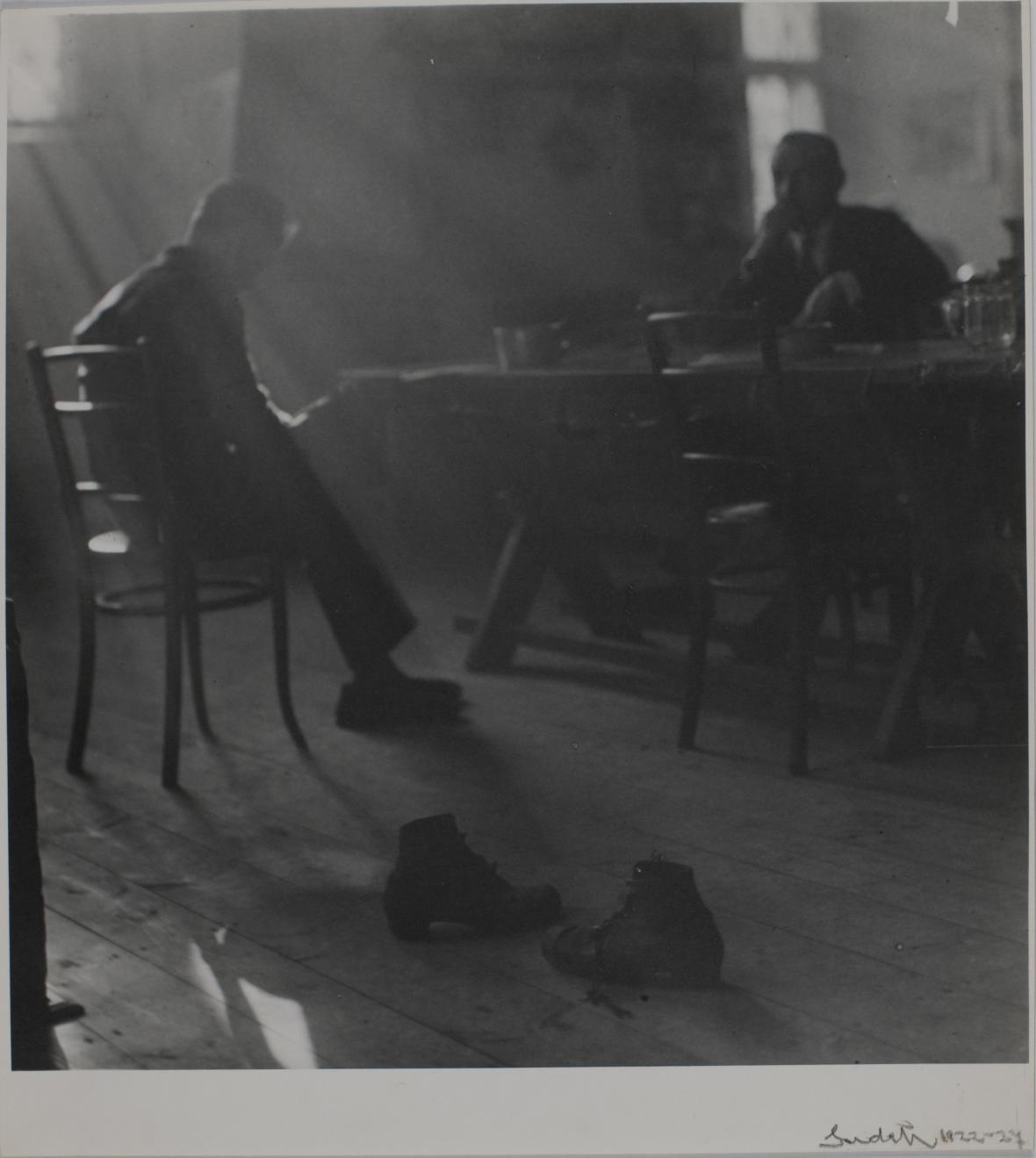 Fotograf Josef Sudek při vyvolávání filmu ve svém ateliéru na pražském Újezdě na snímku z roku 1956. Sudek fotografoval zásadně velkoformátovou kamerou