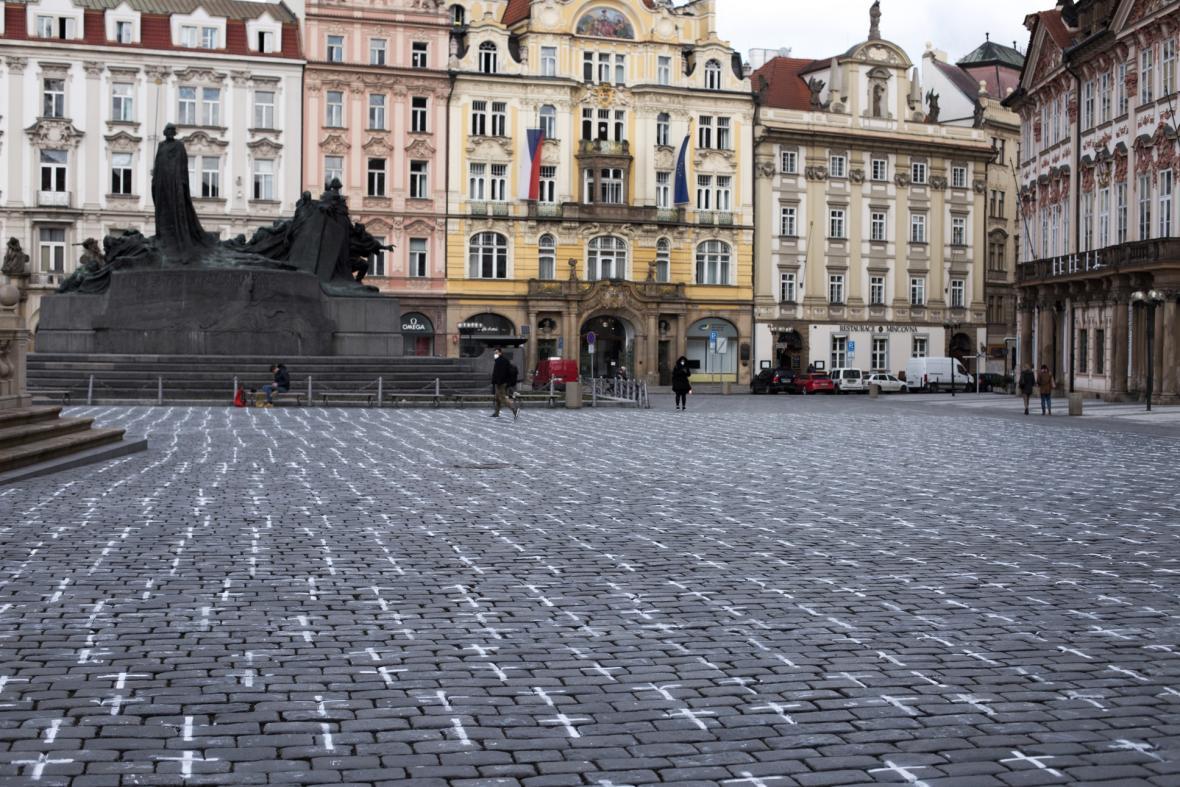 Tisíce křížů vytvořilo sdružení Milion chvilek pro demokracii na Staroměstském náměstí v Praze k uctění památky obětí pandemie koronaviru