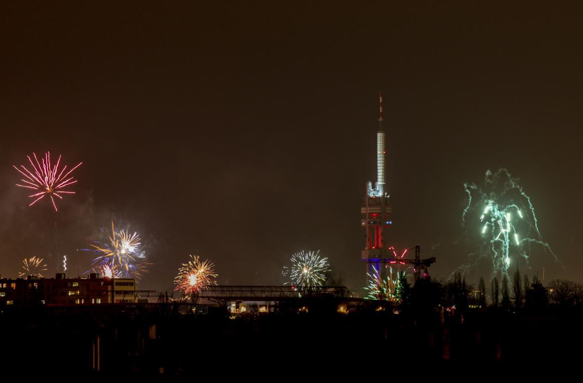 Žižkovský vysílač během novoročních oslav 2020