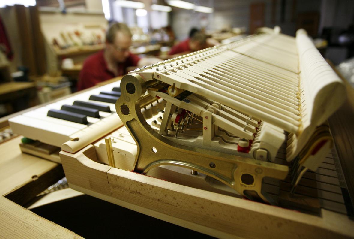 Pod pokličkou výrobce světových pian v Hamburku. Díl po dílu