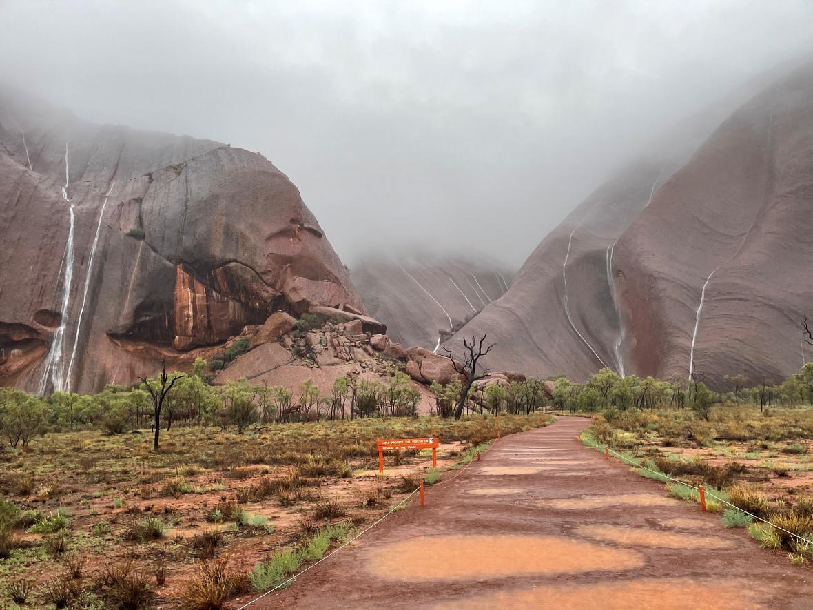 Na skále Uluru se vytvořily vodopády.