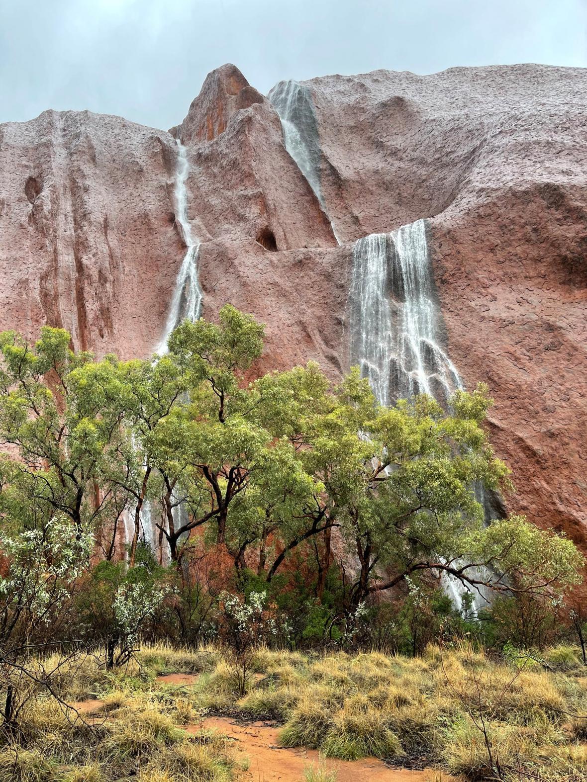 Pohled na vodopády na skále Uluru.