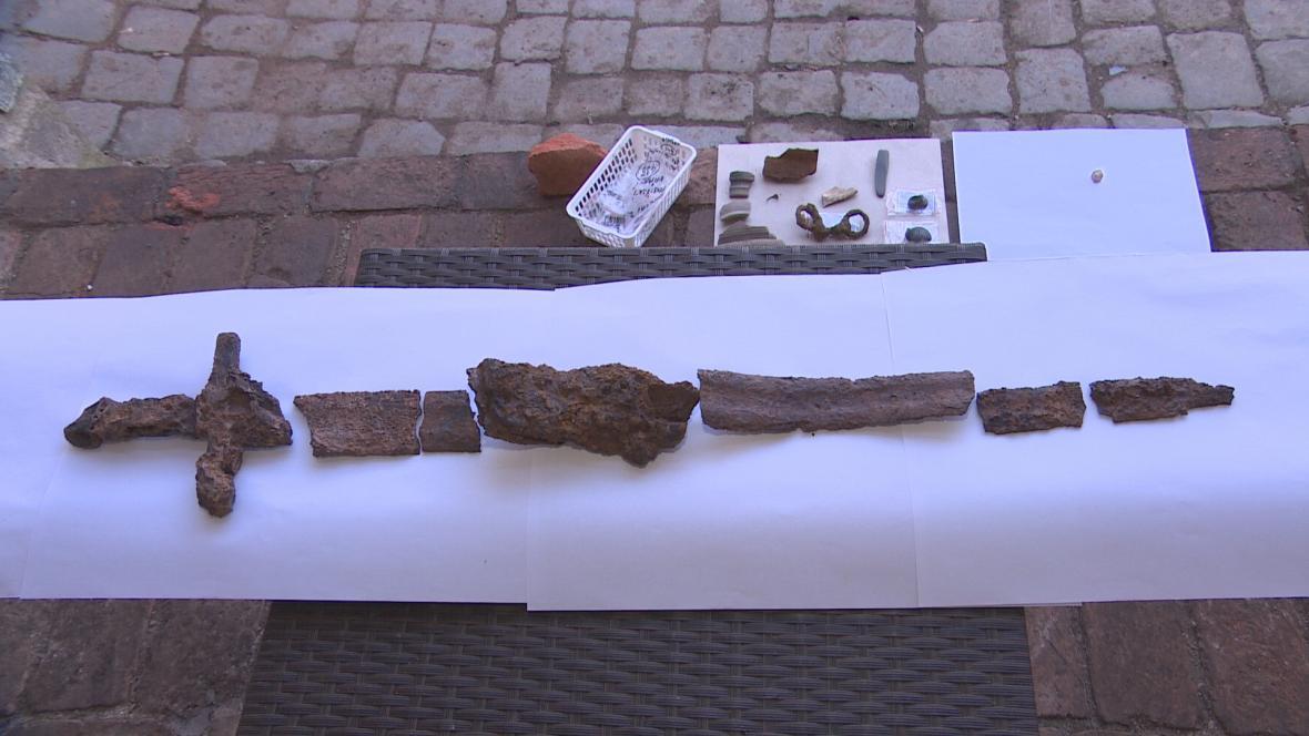 Meč z 11. století a další předměty