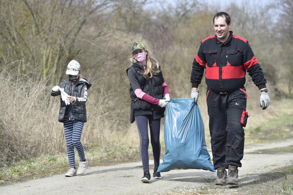 Dobrovolníci uklízejí českou přírodu od odpadků, akcí jsou stovky