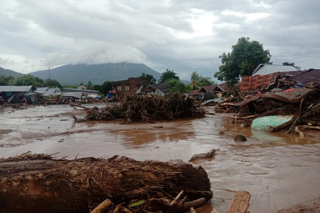 Zdevastované domy na ostrově Flores