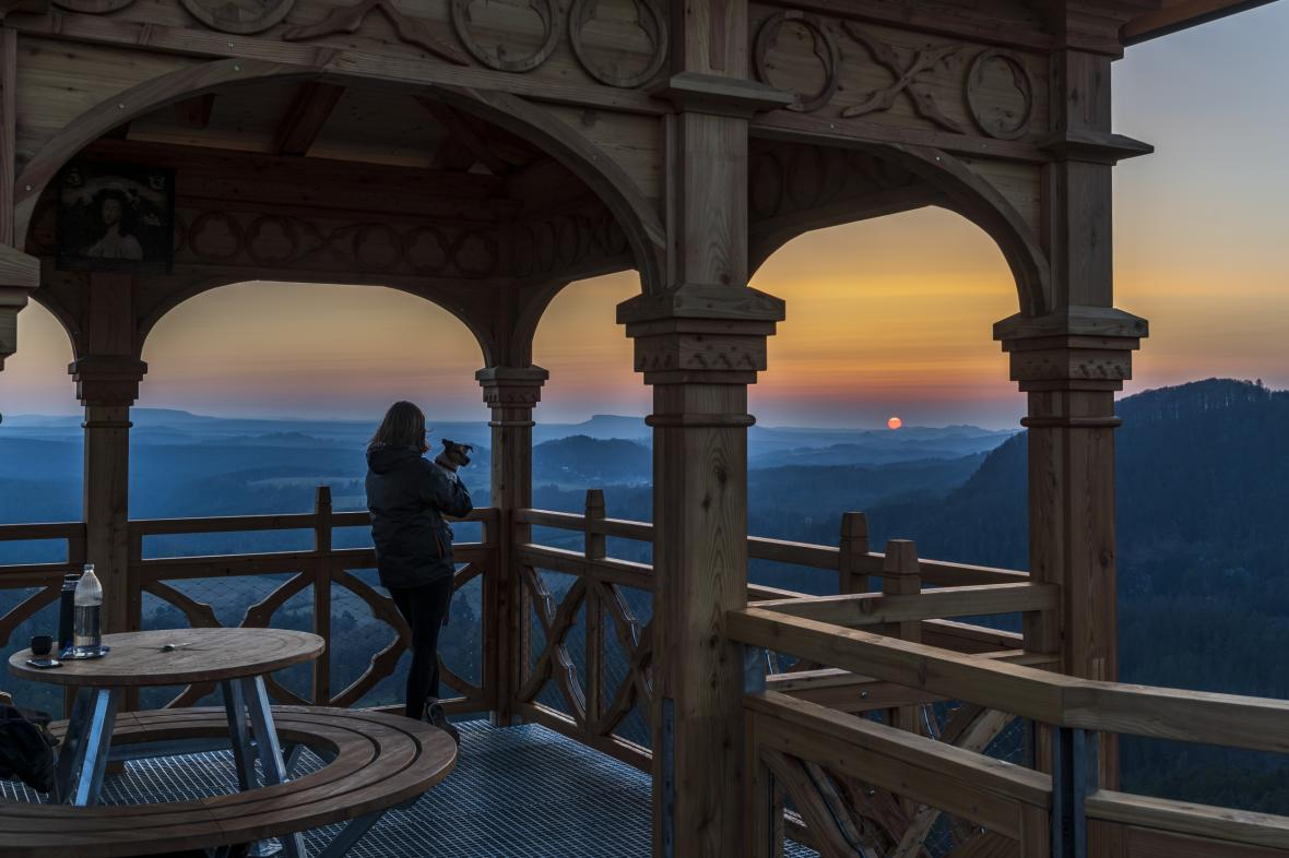 Turisté mohou využívat nový vyhlídkový altán na Mariině vyhlídce, který se otevřel veřejnosti na stejnojmenné skále v Českém Švýcarsku u Jetřichovic