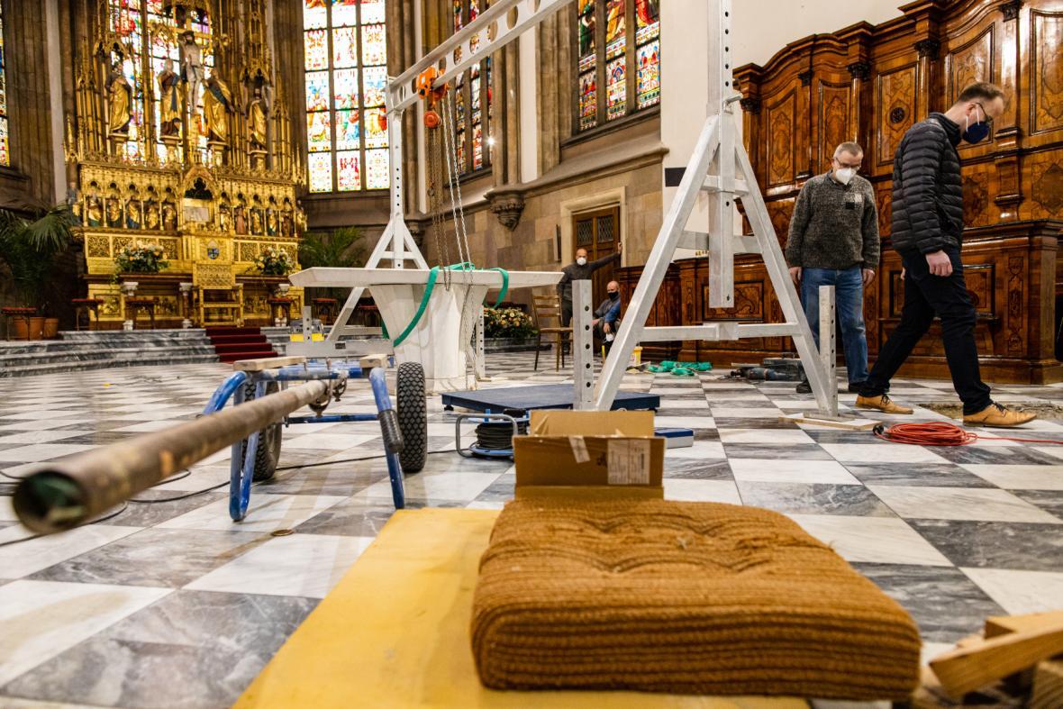 Demontáž obětního stolu v katedrále svatých Petra a Pavla v Brně