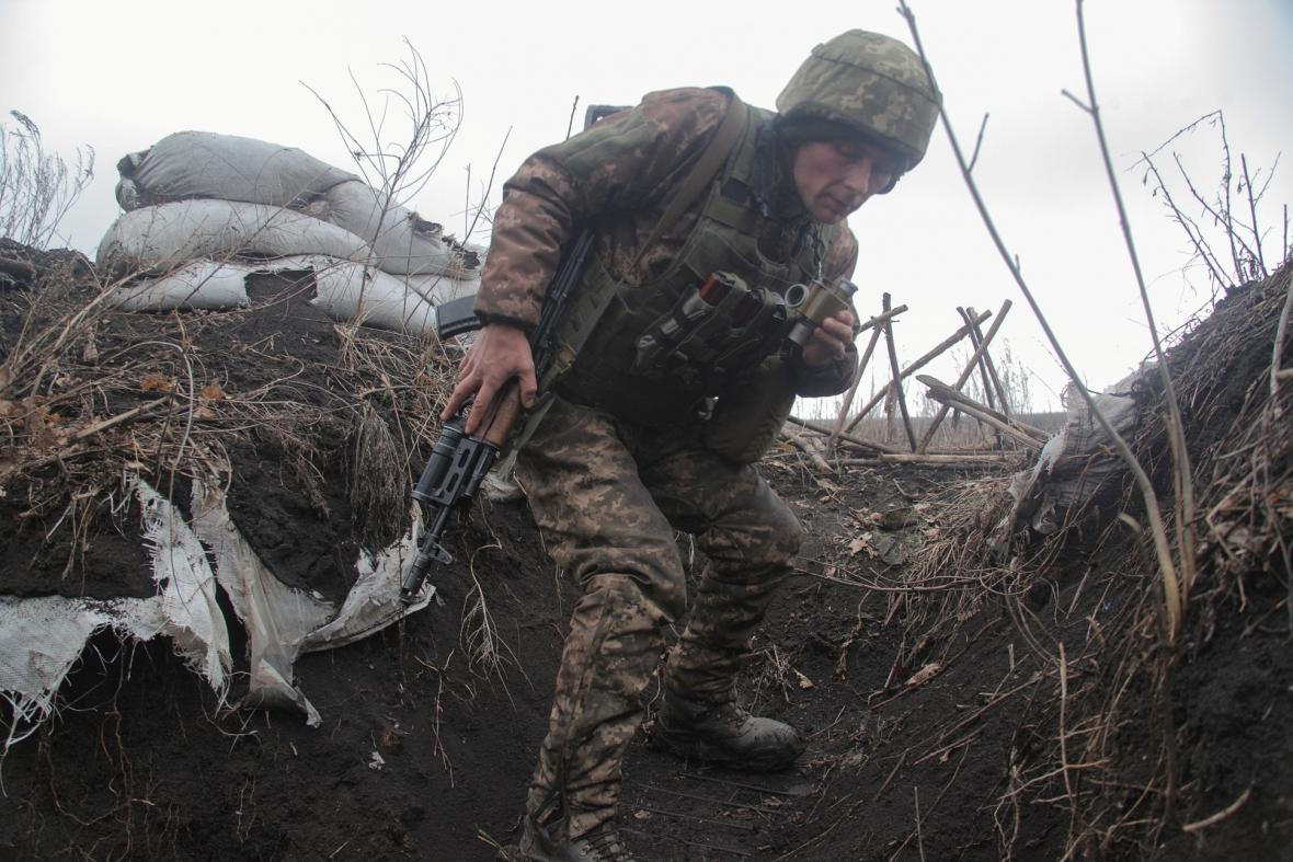 Vzrůst napětí na rusko-ukrajinské hranici. Vojáci se připravují na možnost rozšíření konfliktu v Luhanské a Doněcké oblasti