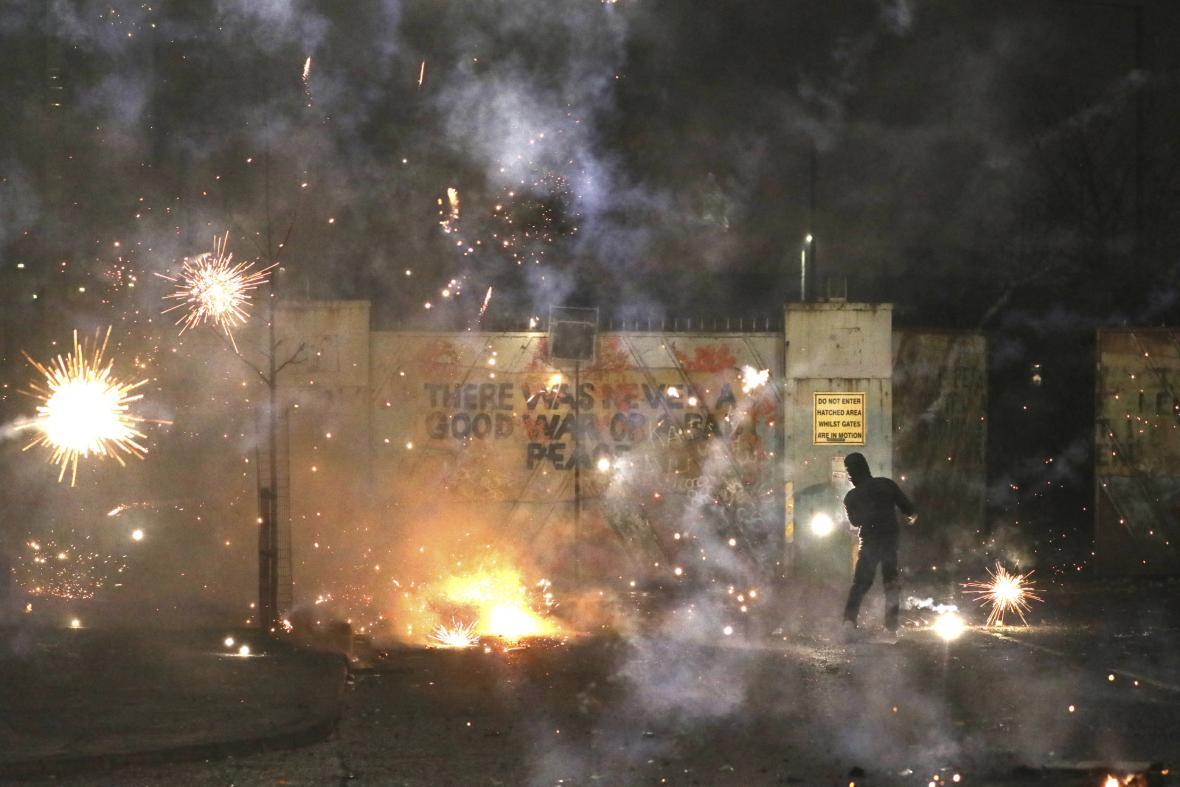 Pět nocí v řadě zažívala výtržnosti čtvrť Tullyally na jižním okraji Derry v severoirském Belfastu. Policie se obává, že konflikt bude pokračovat
