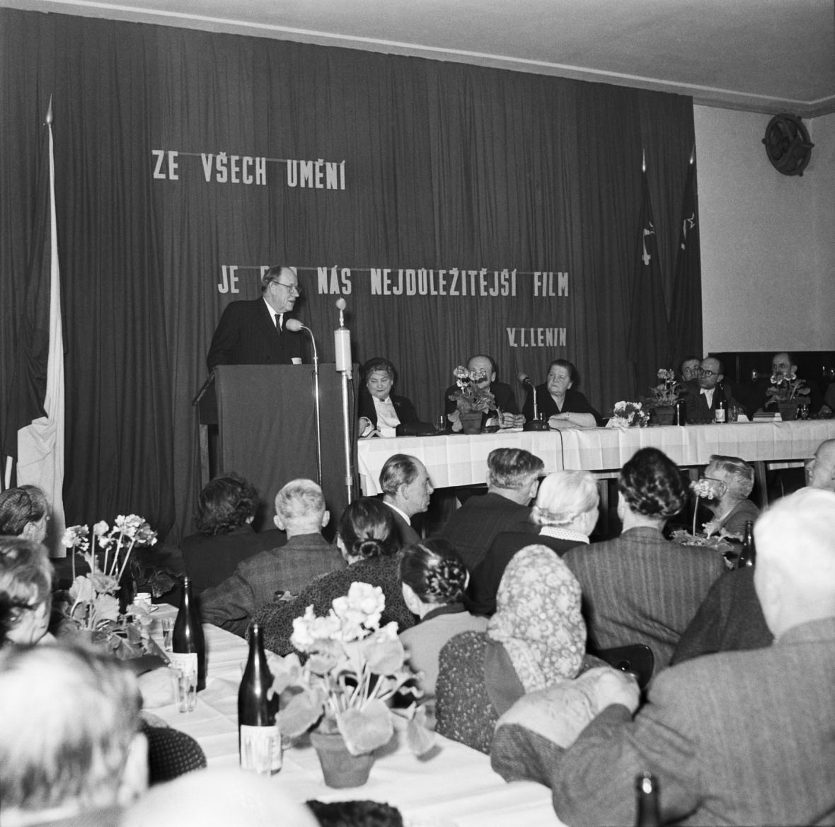 Prezident Antonín Zápotocký na besedě k filmu Rudá záře nad Kladem (1956)