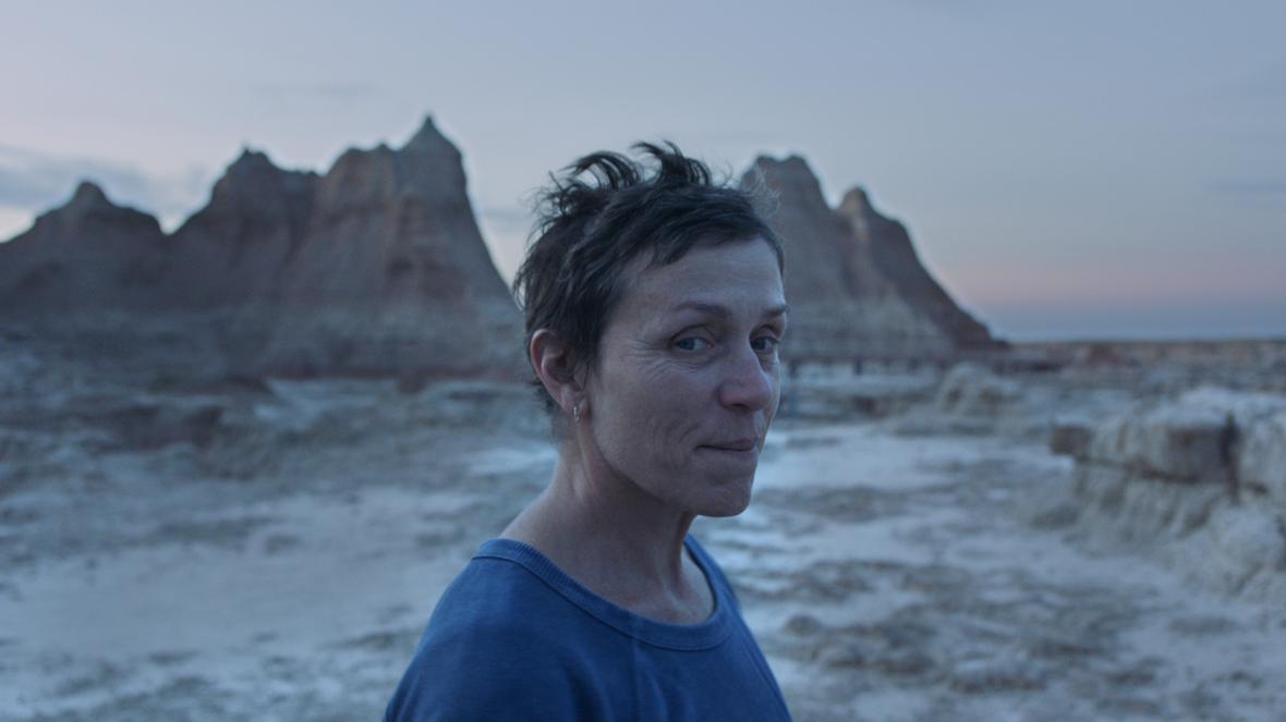 Herečka Frances McDormandová ve filmu Země nomádů