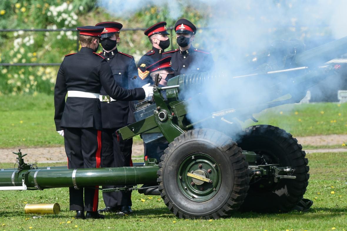 Vojáci vzdávají výstřelem z děl hold princi Filipovi. Snímek je pořízený v Cardiffu ve Walesu