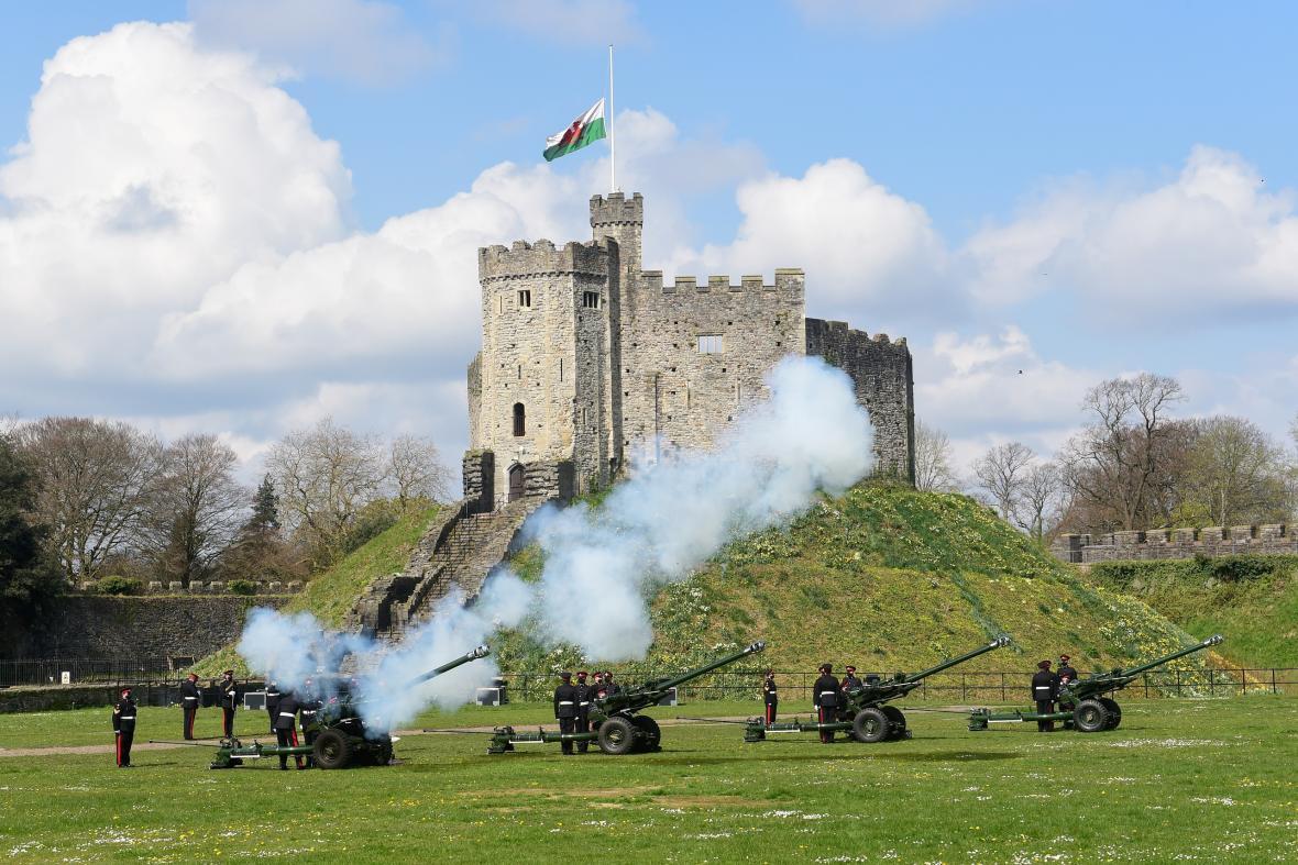 Salutování u hradu v Cardiffu ve Walesu
