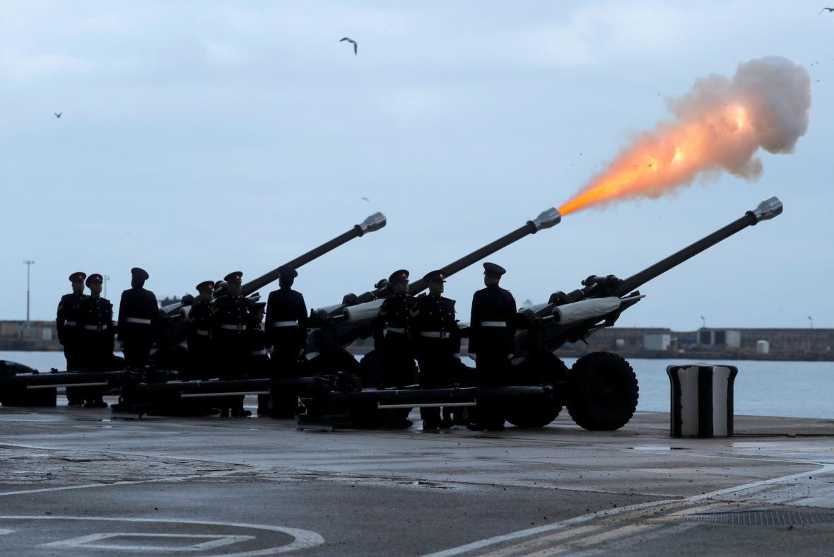 Hold vzdali vojáci i v Gibraltaru, který je strategickým územím Británie