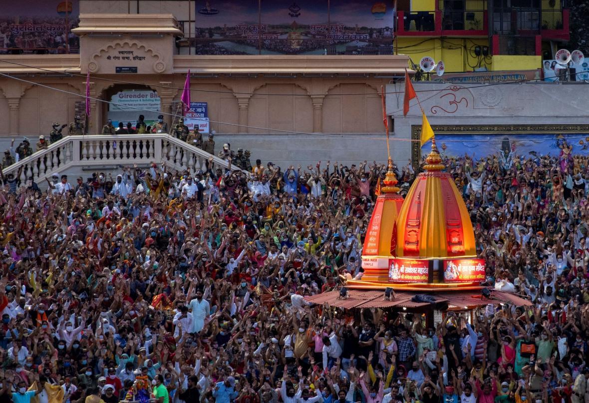 Oslavy hinduistického svátku Kumbhaméla v indickém městě Haridváru