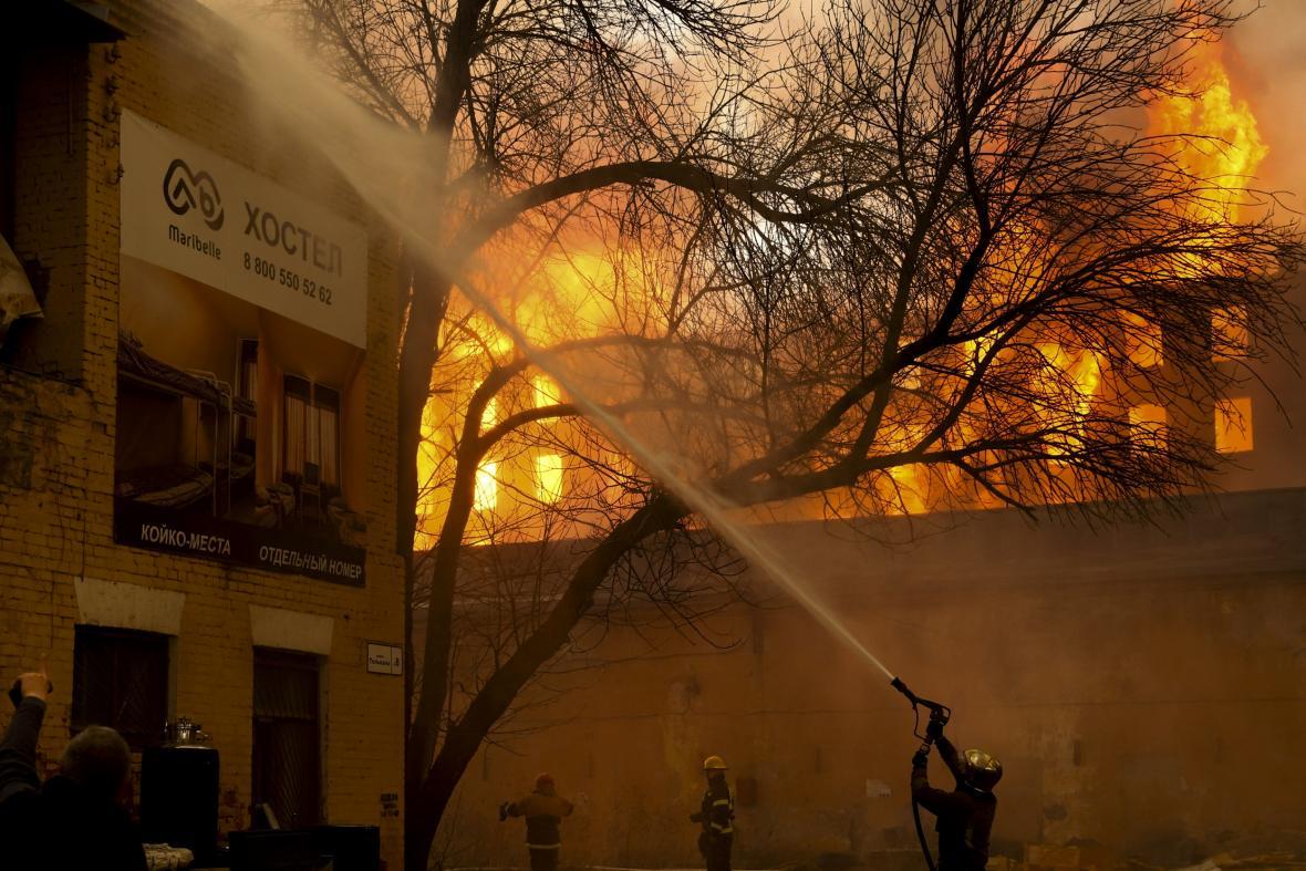 Velký požár textilní továrny v ruském Petrohradu se rozšířil na plochu deset tisíc metrů čtverečních