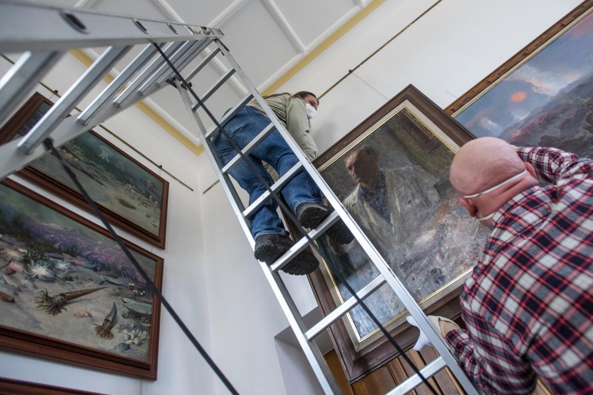 Safari park ve Dvoře Králové stěhoval zGalerieZdeňkaBurianaobrazy na chystanou výstavu do Jihomoravského muzea ve Znojmě