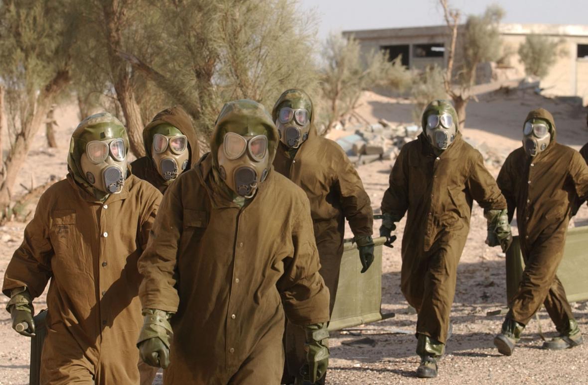 Vojáci z české protichemické jednotky nacvičovali 14. listopadu v severokuvajtském Un al-Ajši činnost při zasažení chemickými zbraněmi.