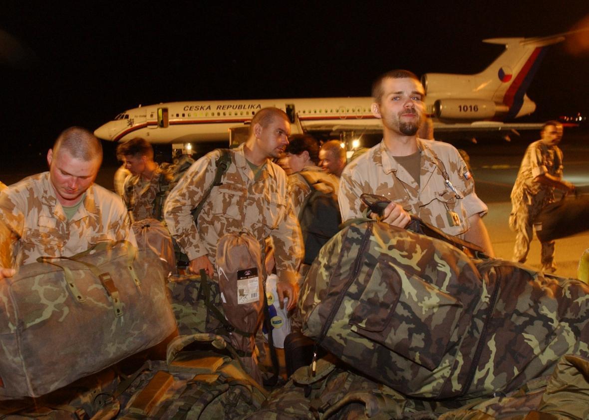Vojenským speciálem Tu-154, který 12. května 2003 do Prahy přivezl tři zraněné české vojáky, se z Kuvajtu vrátilo také dalších 79 příslušníků české protichemické jednotky, jimž končí účast v operaci Trvalá svoboda.