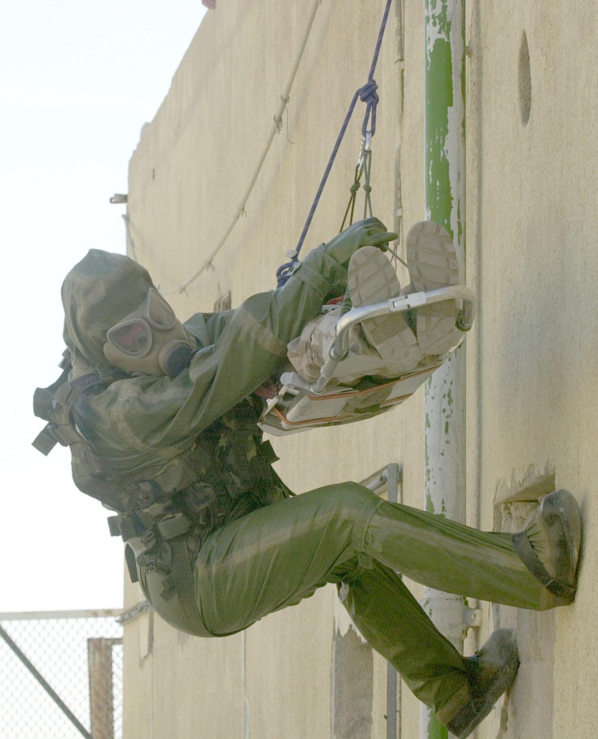Evakuaci raněných při chemickém a biologickém útoku trénovali příslušníci české protichemické jednotky při pravidleném cvičení v kuvajtské poušti nedaleko americké základny Dauhá,
