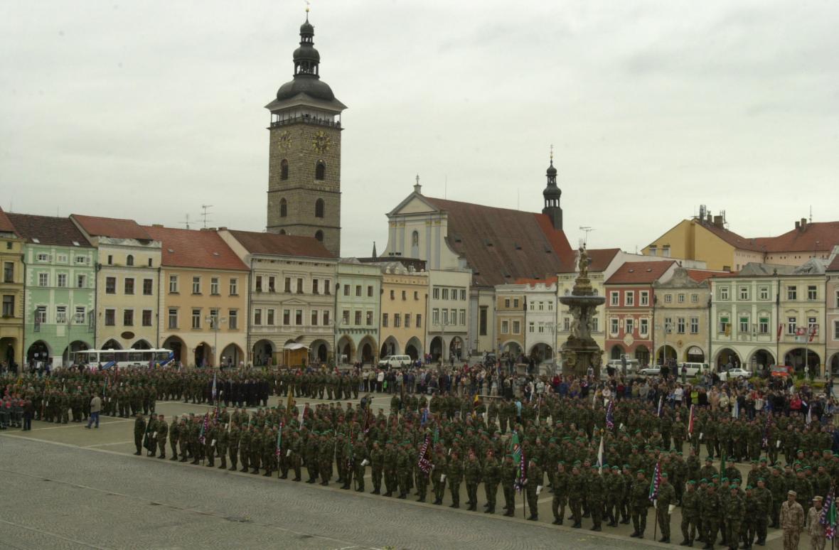 Na budějovickém náměstí Přemysla Otakara II. ocenil 26.září 2002 tehdejší ministr obrany Jaroslav Tvrdík vojáky, kteří působili v mezinárodní protiteroristické misi Trvalá svoboda nebo pomáhali zachraňovat životy a majetek během srpnových záplav.
