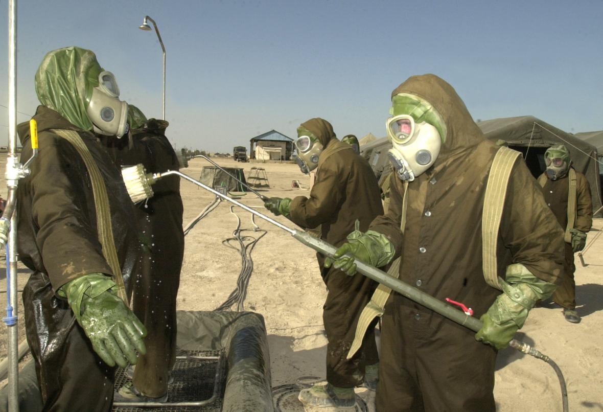 Dekontaminaci oděvů provádějí příslušníci české protichemické jednotky, kteří 25. června 2002 na americké vojenské základně Camp Dauhá v Kuvajtu nacvičovali evakuaci obyvatel ze zamořeného území.