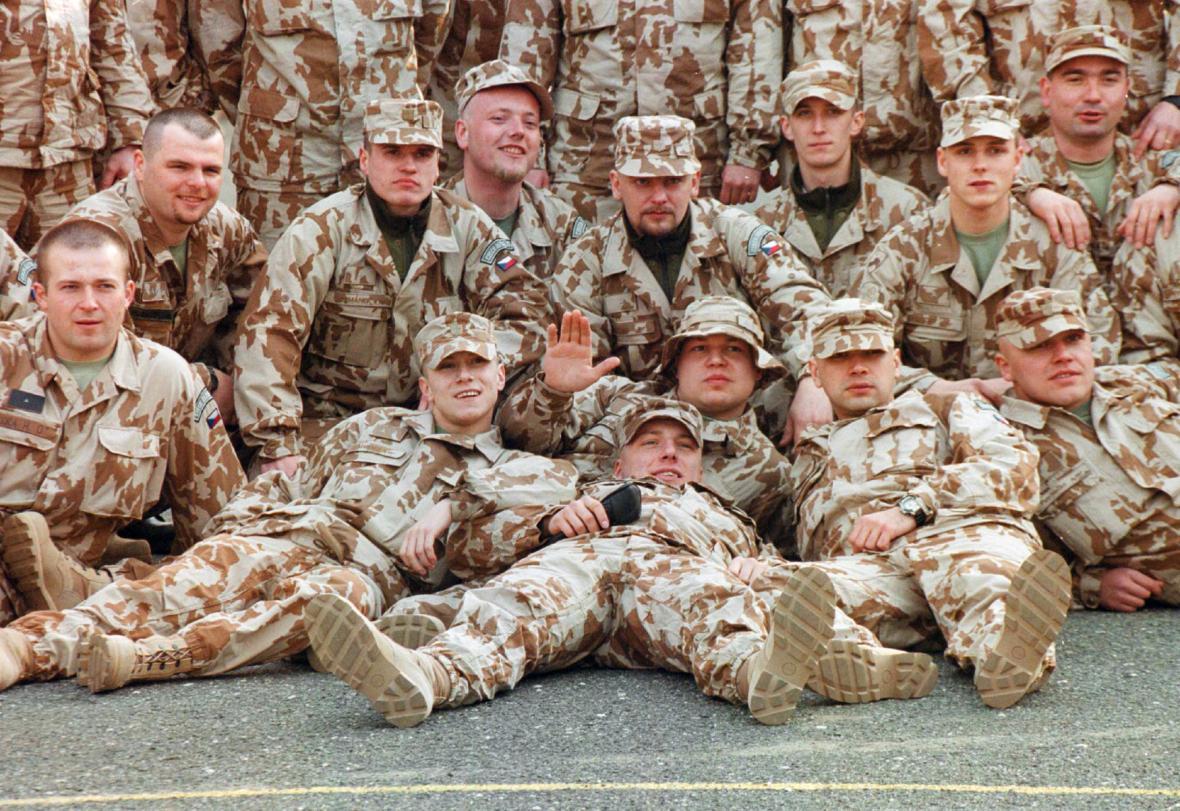 Vojáci 9. roty protichemické obrany pózují fotografům před odjezdem z Liberce, odkud se 18. března vypravili přes Prahu do Kuvajtu