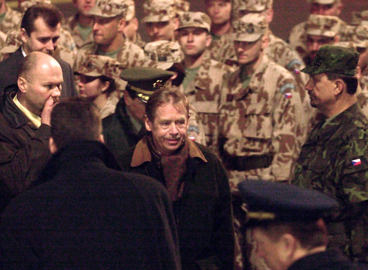 Prezident Václav Havel se 18. března 2002 na starém ruzyňském letišti v Praze rozloučil s českými vojáky