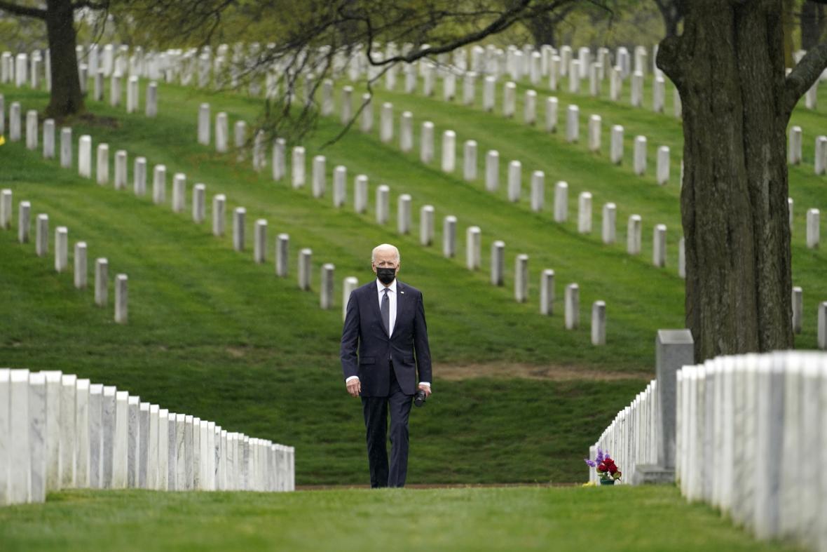 Americký prezident Joe Biden kráčí mezi hroby vojáků na Arlingtonském hřbitově ve Washingtonu