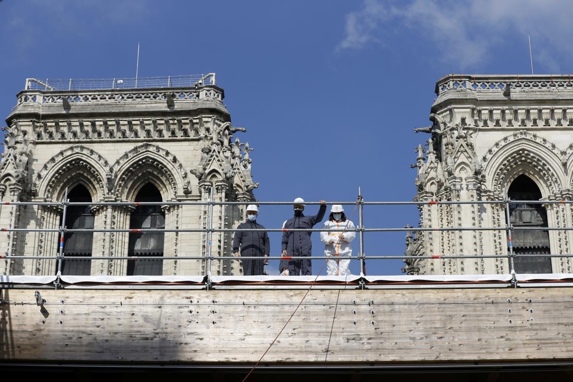 Francouzský prezident Emmanuel Macron, starosta Paříže Anne Hidalgo a generál francouzské armády Jean-Louis Georgelin navštívíli katedrálu Notre-Dame, která byla poškozena ničivým požárem před dvěma lety