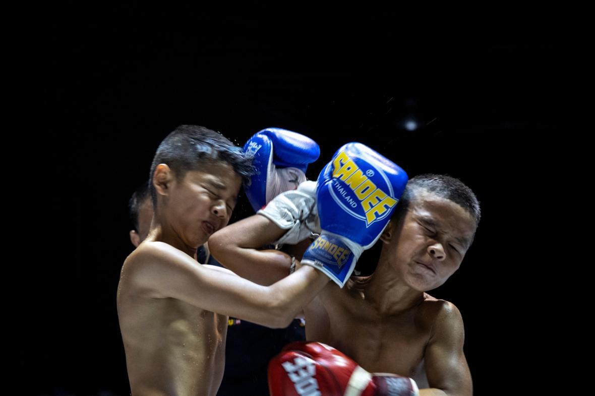 Tradiční bojové umění thajský box, láká děti na peníze
