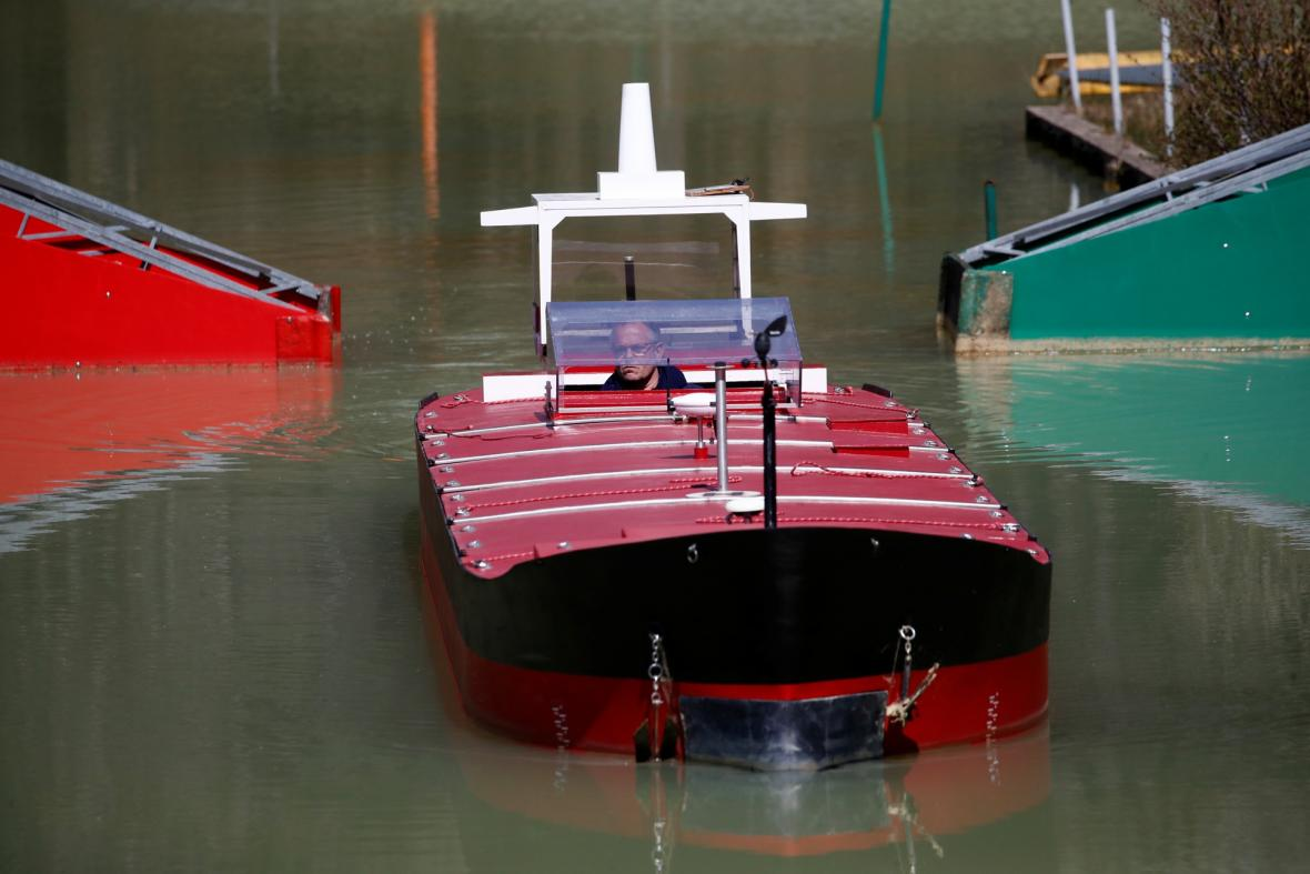 Ve výcvikovém středisku Port Revel ve Francii trénují námořníci průjezd Suezským průplavem na zmenšených modelech lodí