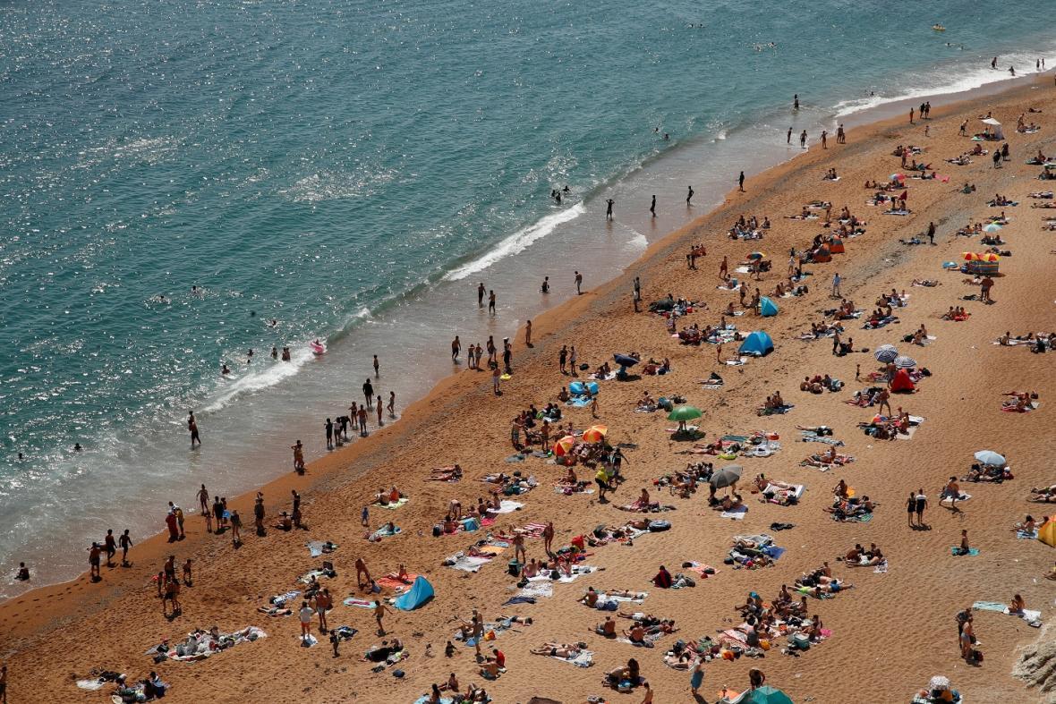 Pláž se skalní branou Durdle Door v létě 2020 během uvolnění protiepidemckých restrikcí