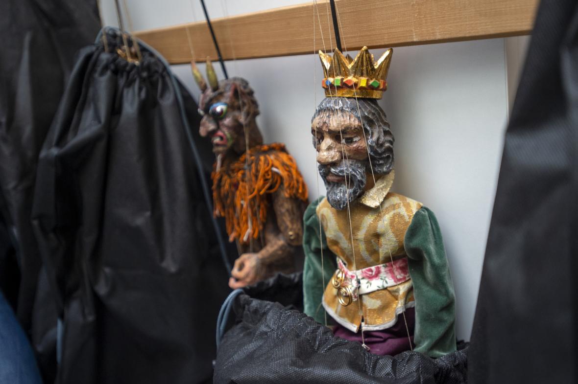 Zaměstnanci Muzea loutkářských kultur v Chrudimi balili exponáty pro velkou reprezentativní výstavu Tajemství dřevěné loutky v korejském Historickém muzeu v Soulu