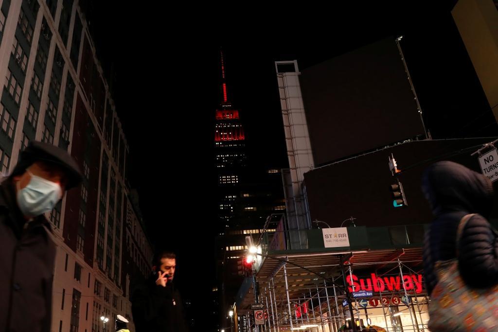 Empire State Building je zbarvena do červena na památku zemřelých s nemocí covid-19